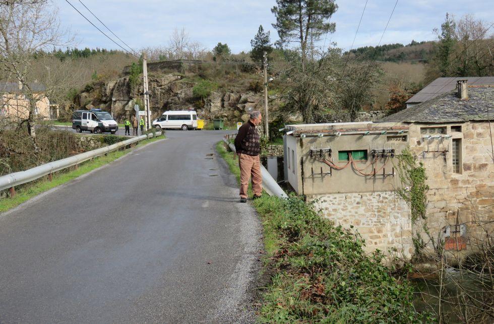 La búsqueda del joven de Láncara, en imágenes.Un vecino observa el lugar donde el coche derribó la valla y cayó a las aguas del Neira.