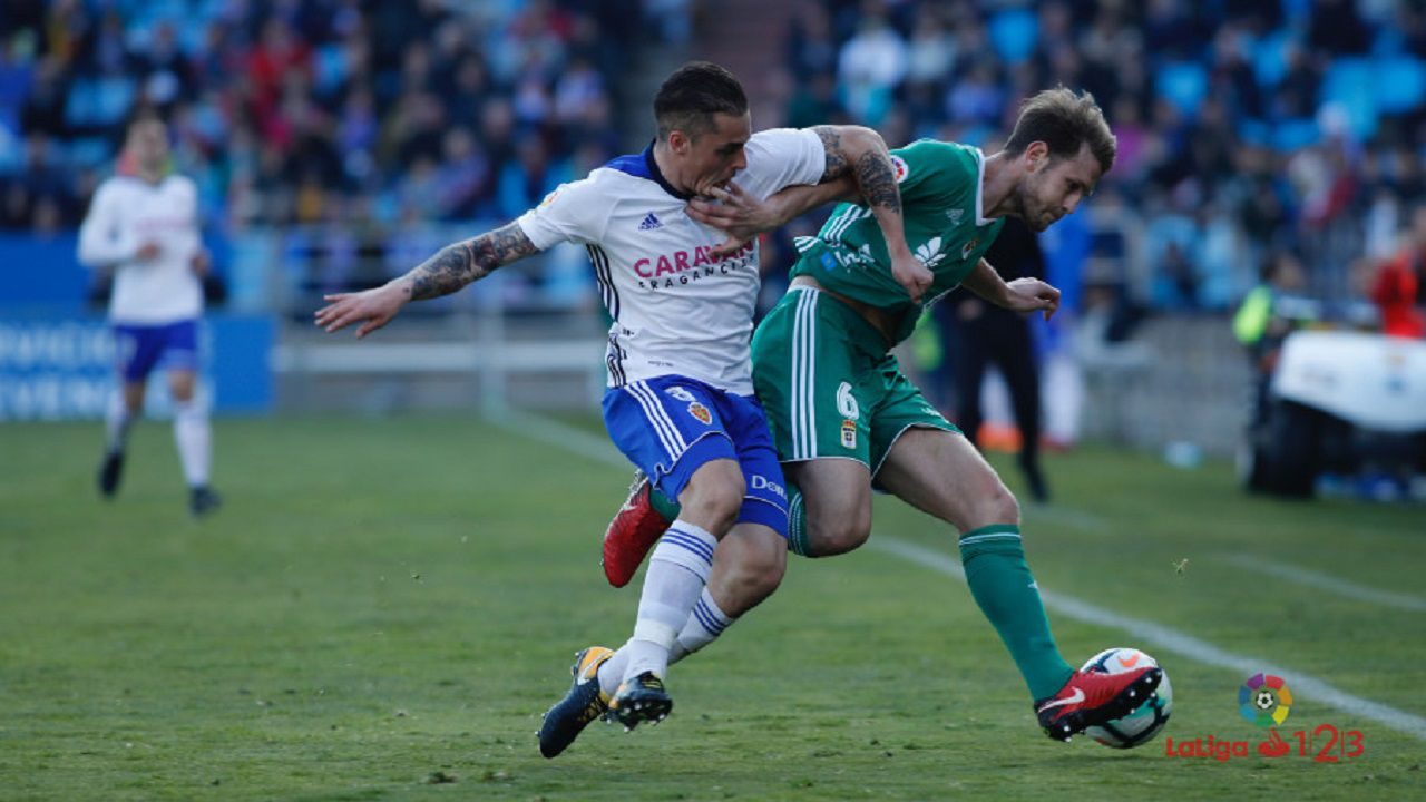 Carlos Hernández disputa un balón con Pombo