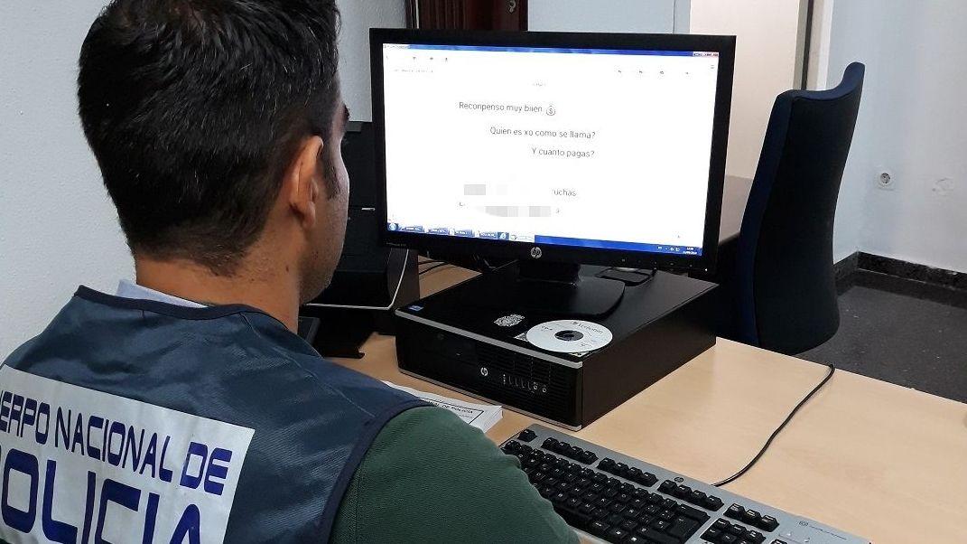 | EFE.Un policía investiga un delito a través de Internet