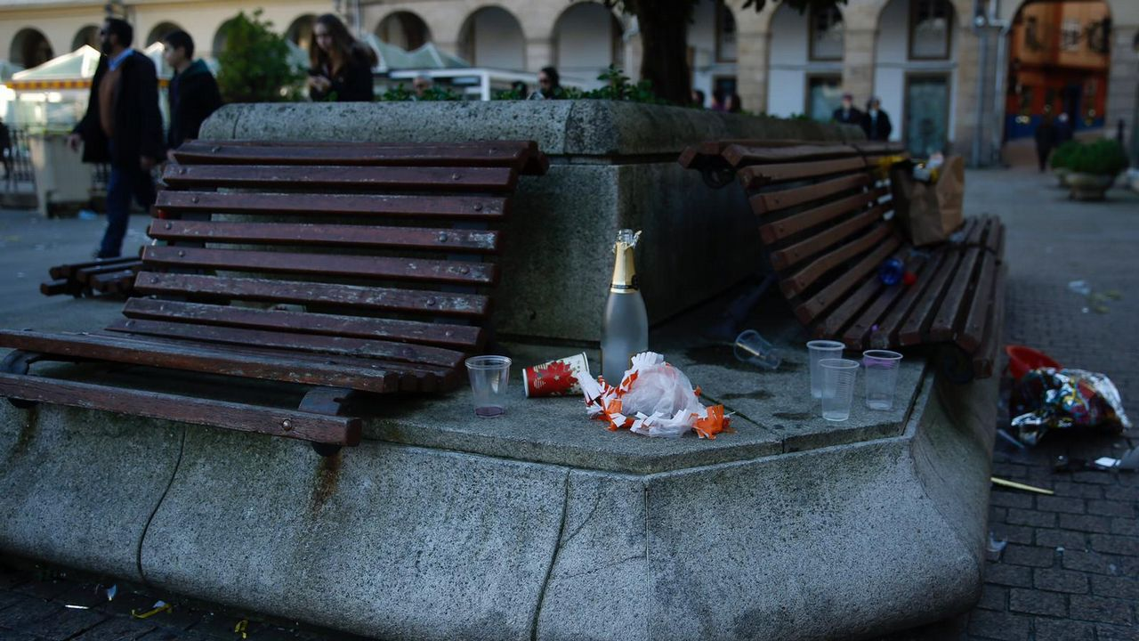 Basura y restos de botellón en las calles de A Coruña.Chema Paz Gago