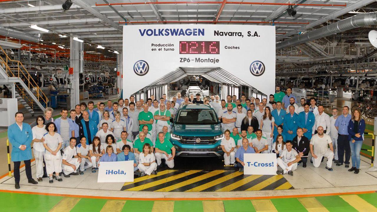 Plantilla de Volkswagen Navarra posado junto al primer T-Cross producido en serie en la fábrica navarra