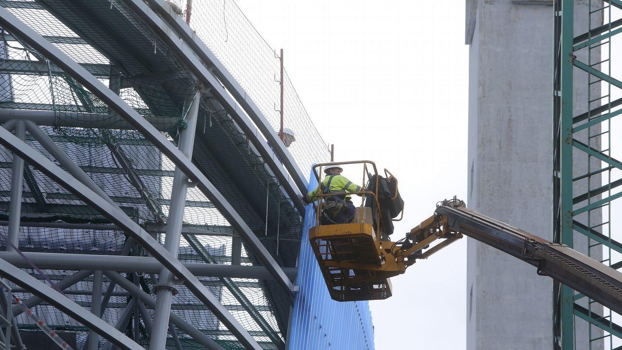 Imagen de ayer de las obras en la cubierta sobre la grada de Marathón