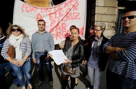 .Los padres y madres del Cruz do Sar ante la subdelegación del Gobierno.