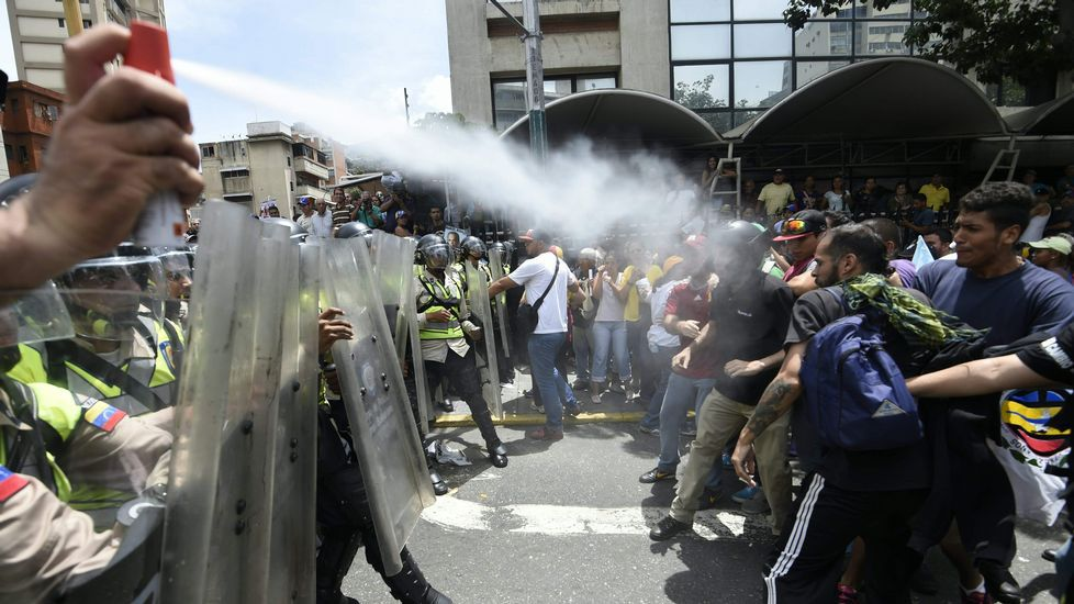 Las cargas policiales de Venezuela, en imágenes.El presidente del Consejo Europeo, Donald Tusk