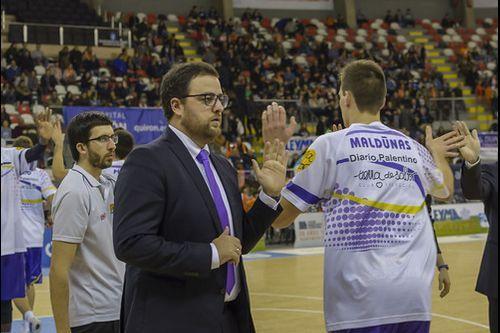 Así es la ciencia de la mezcla en Oviedo.Aníbal Vázquez recibe el bastón de mando durante el pleno de investidura en el ayuntamiento de Mieres