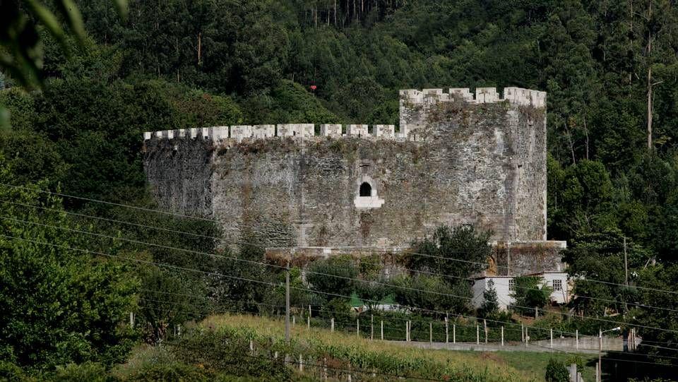El castillo de Moeche, en la comarca de Ferrol. Pertenece históricamente a la familia de los Andrade. El castillo fue uno de los protagonistas de la revuelta de los Irmandiños, un hecho que se celebra anualmente, la tercera semana de agosto con el Festival Irmandiño. Su actual propietario es la Casa de Alba.