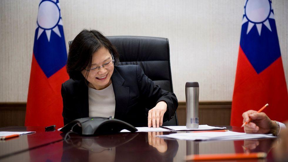La presidenta taiwanesa Tsai Ing-wen habla por teléfono con Donald Trump