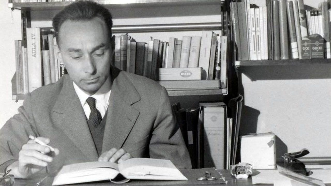 Primo Levi (Turín, 1919-1987) sobreviviu a Auschwitz e contou a súa experiencia nun libro clave para a memoria de Europa. Na imaxe, o escritor italiano retratado ao redor de 1960