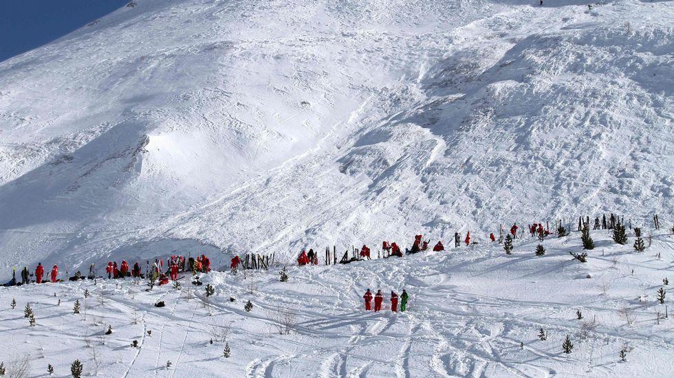 Los perros de Heidi saltan de los Alpes a la montaña de Piornedo.Rescate tras un alud en Tignes el pasado mes de febrero