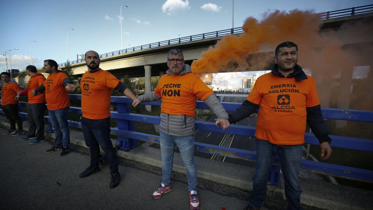 Feijoo visita el Hospital da Mariña, en Burela. Decenas de trabajadores de Alcoa Avilés y subcontratas participan en la marcha entre Avilés y Oviedo, vestidos con camisetas amarillas