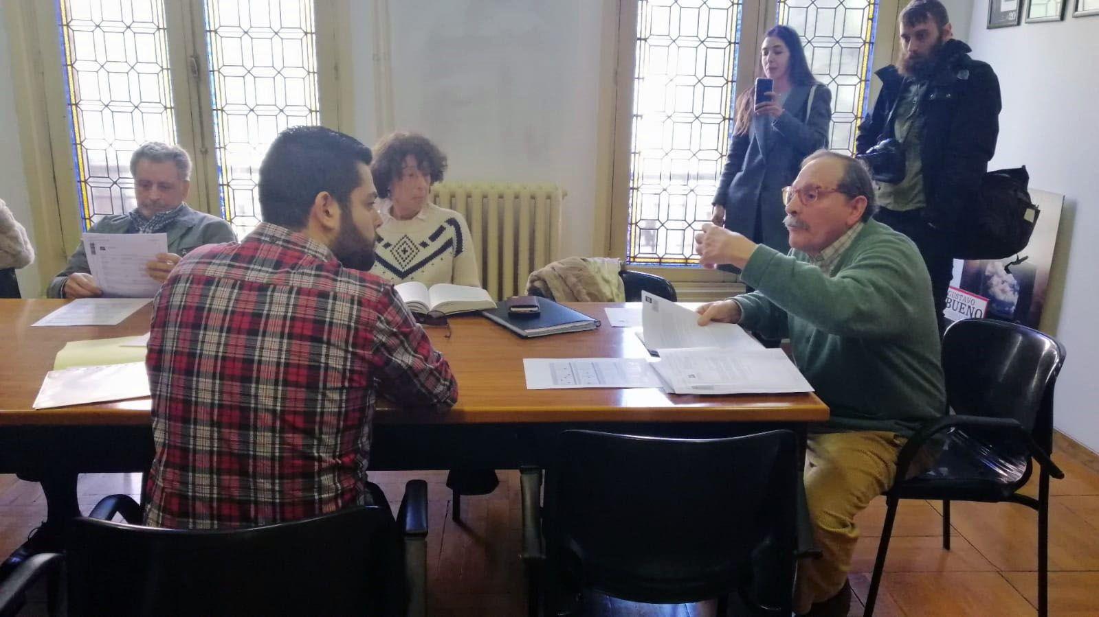Así transcurrió la tensa reunión entre Rubén Rosón y la Fundación Gustavo Bueno.Rubén Rosón en una reunión con miembros de la Fundación Gustavo Bueno