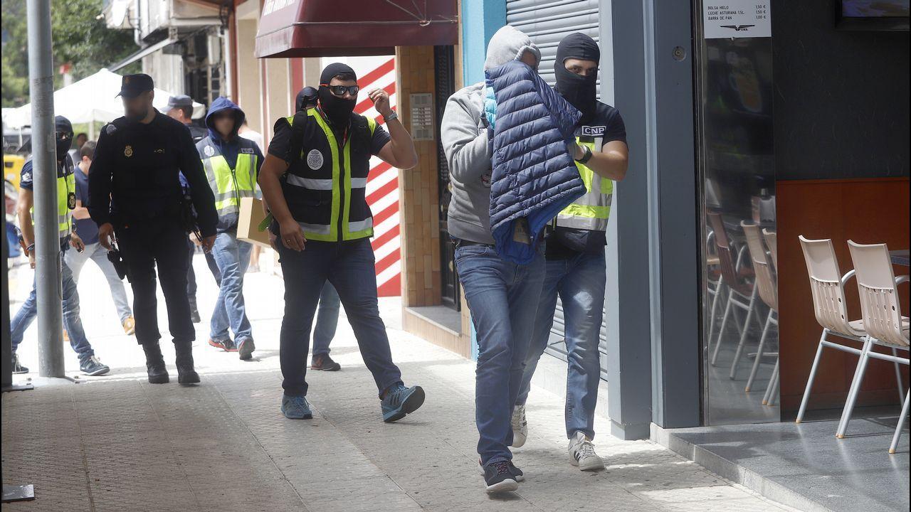 Charlín cae a sus 85 años cuando trataba de introducir 2,5 toneladas de cocaína en Galicia.Un furgón policial en la puerta de la casa de Manuel Charlín