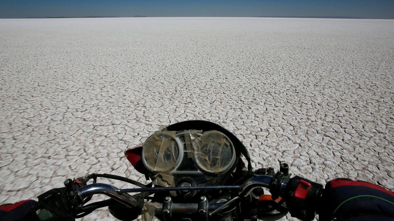 Vista del lago Poopo, en Bolivia, totalmente seco