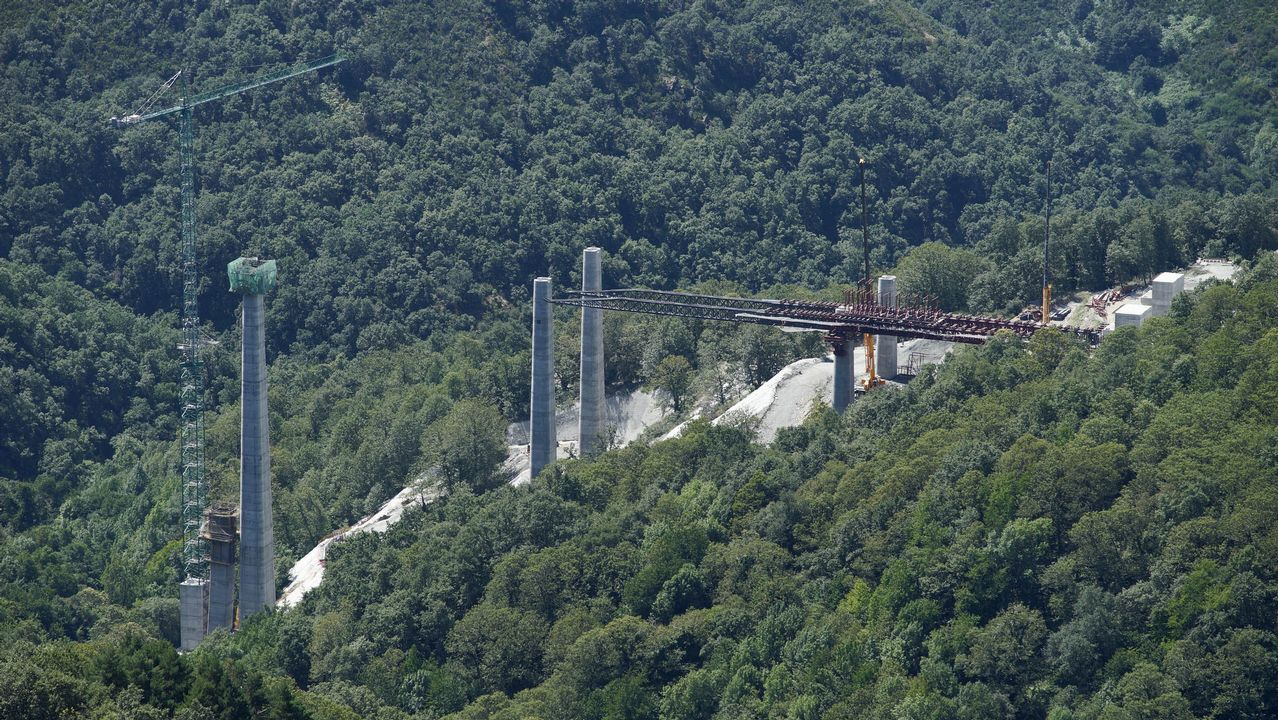 Algunas de las estructuras más altas de Galicia.El túnel de As Maceiras desde la estación de Urzáiz