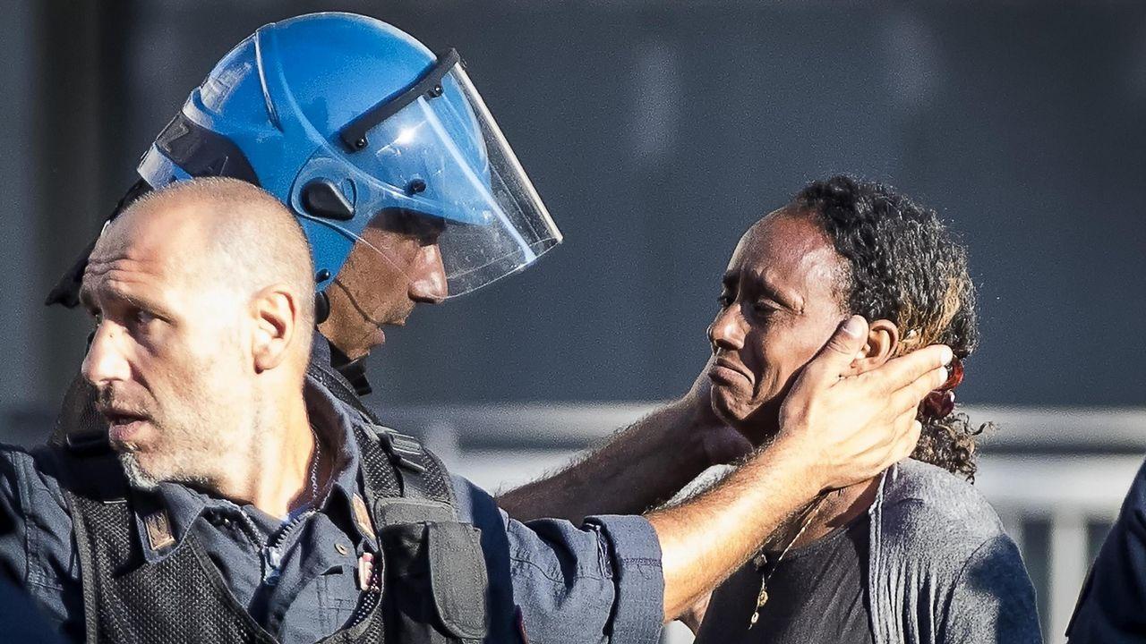 La Policía italiana utiliza cañones de agua contra los refugiados