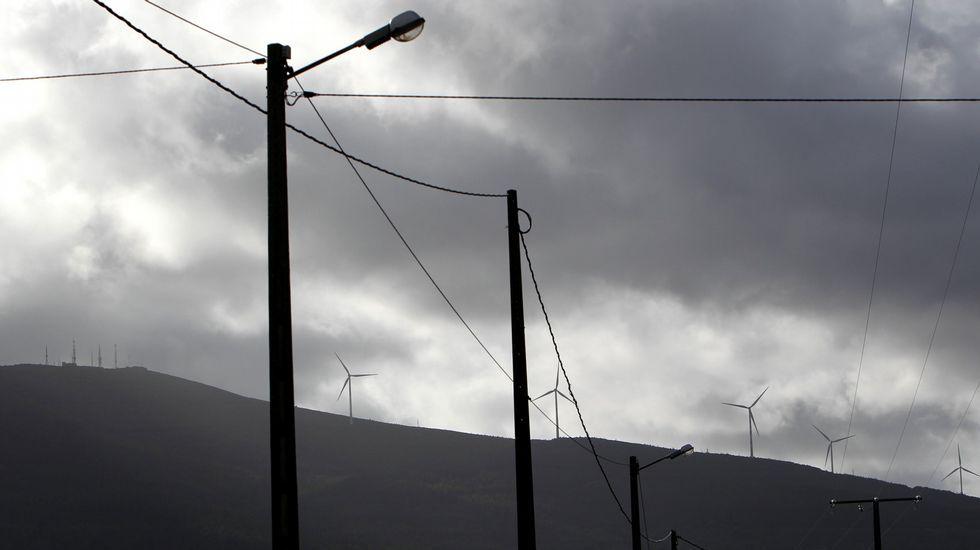 Feísmo en el medio rural con farolas, molinos de vientos y cables de media tensión.