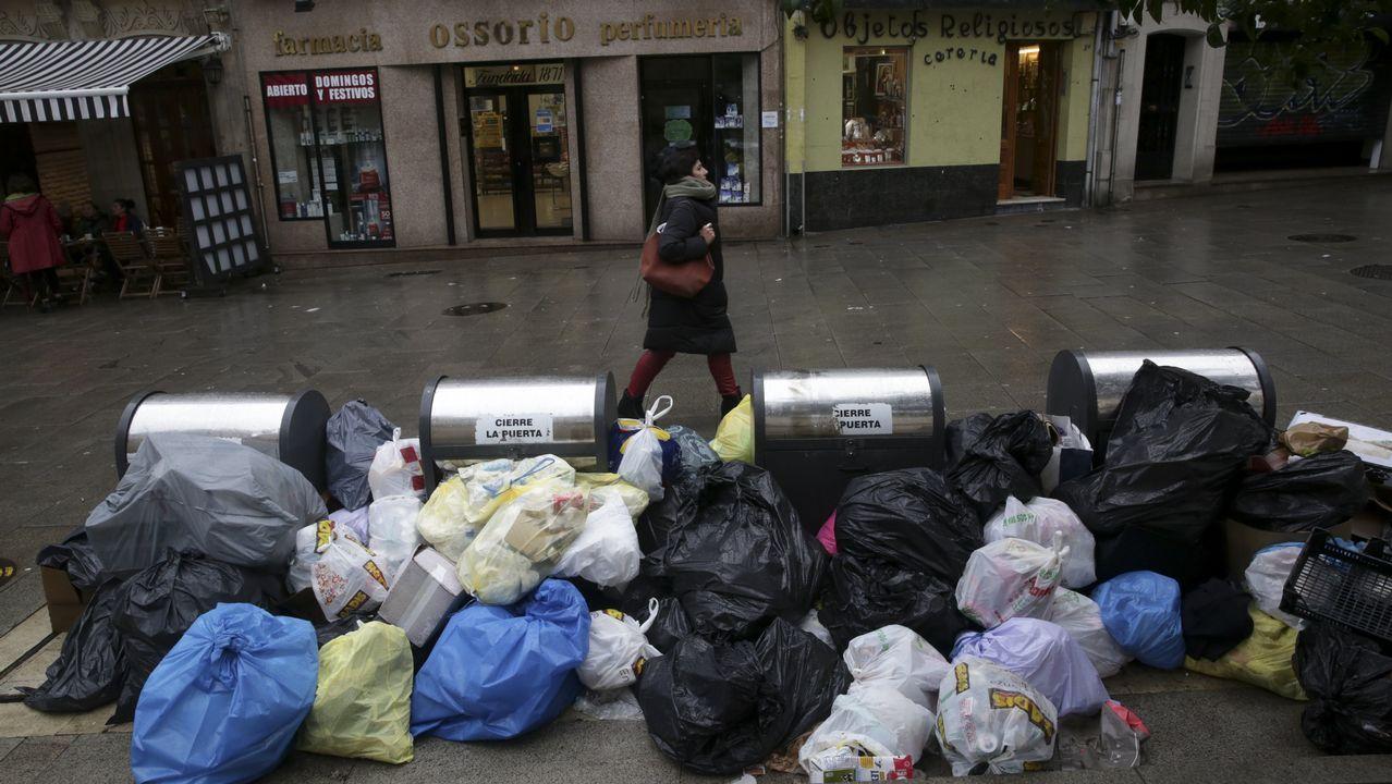 Basura sin recoger en las calles de A Coruña.camión basuras Coruña