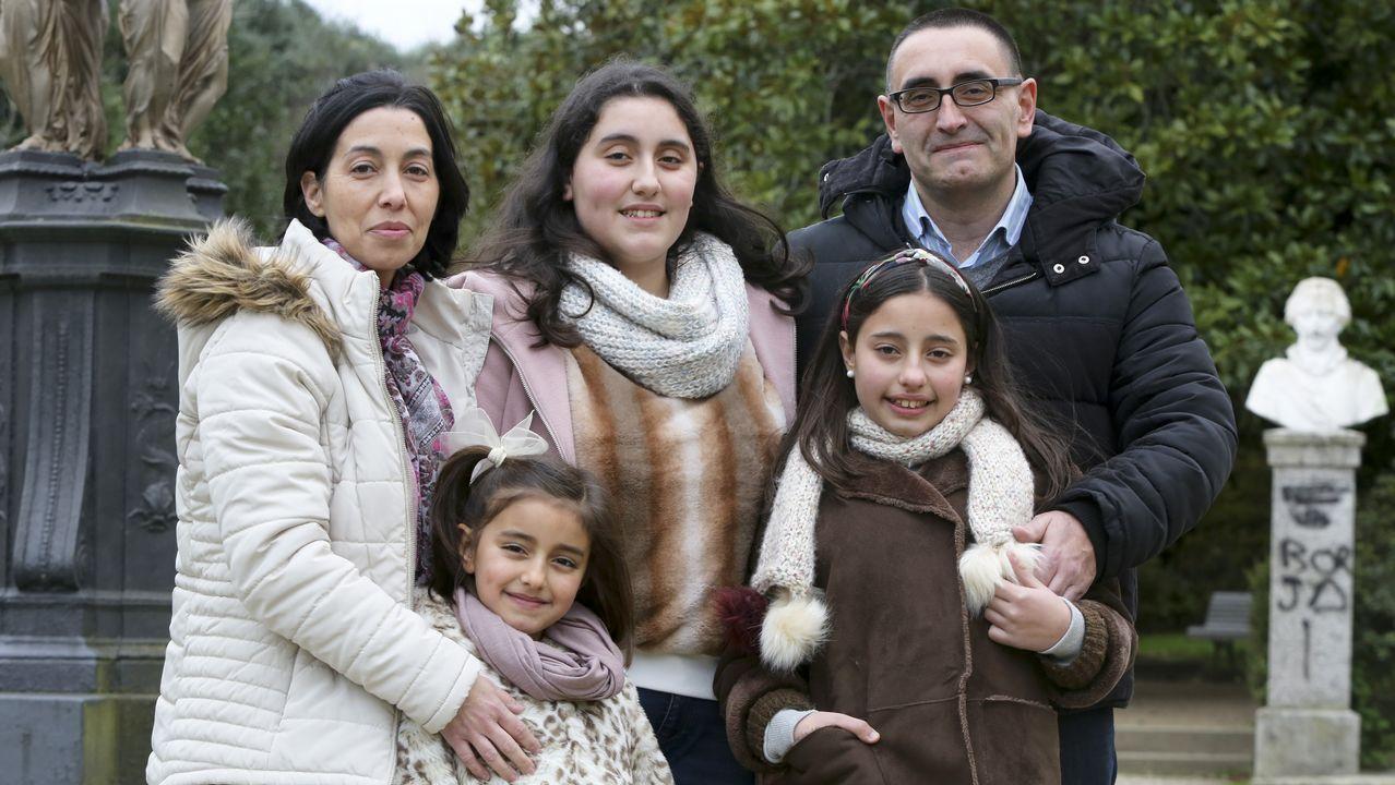 Ana y José Antonio viven con sus tres hijas en Mandiá
