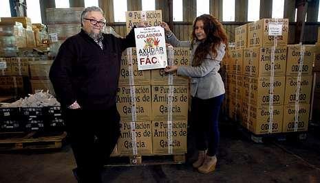 Creciendo en seguridad vial.El actor, con Noelia Romero y con los paquetes de alimentos en la nave de la fundación.