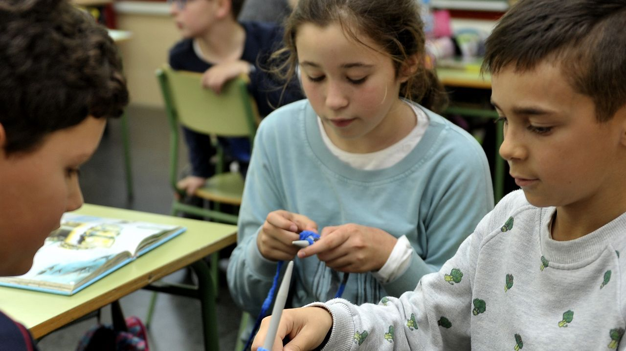 Los alumnos de quinto tienen en Plástica una actividad nueva este trimestre: calceta, una forma divertida de fomentar la coeducación