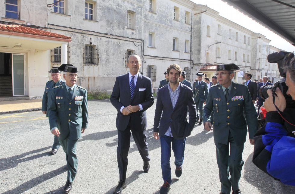 Fernández de Mesa y el alcalde, ayer acompañados por otras autoridades de la Guardia Civil.