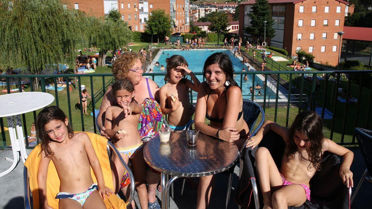 La tapa de pulpo más grande del mundo se prepara en 10 minutos.Las piscinas comunitarias son uno de los refugios para los ourensanos