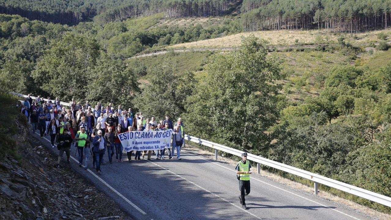 Vecinos de Castrelo do Val cortan la carretera OU-114 en protesta por el mal estado del vial.Serán plantados varios miles de castaños