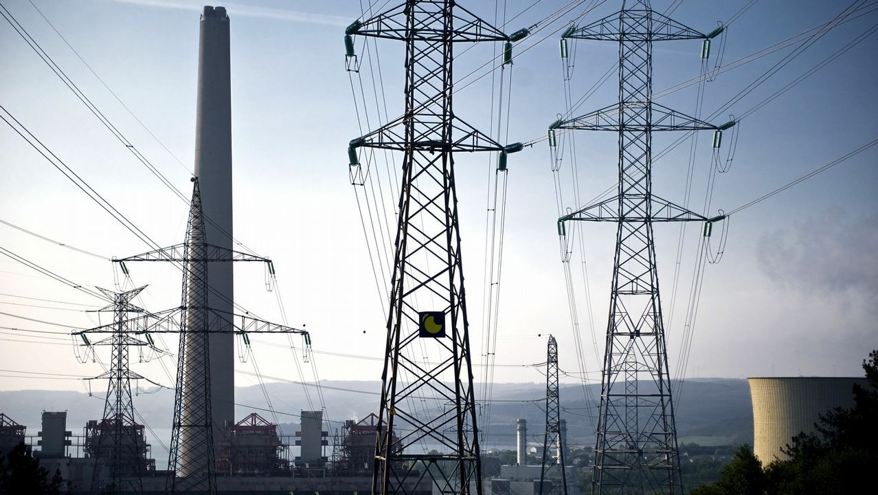 El precio de la luz alcanza un nuevo récord anual.Un trabajador de ArcelorMittal