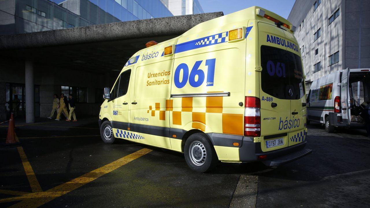 «Le debo la vida al cribado».Una ambulancia del 061 entrando en el Hospital Clínico