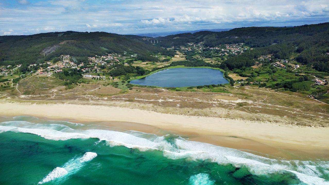 .Vista aérea de la playa y la laguna de Doniños