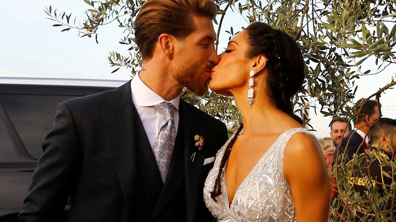 Pilar Rubio y Sergio Ramos protagonizan un romántico beso tras darse el «sí quiero».Los reyes y sus hijas posan con los 41 galardonados con la Orden del Mérito Civil