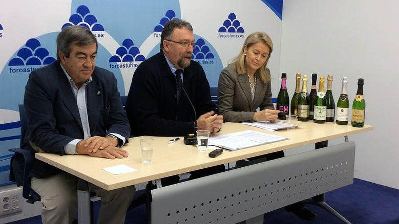 Francisco Álvarez-Cascos, Isidro Martínez Oblanca y Cristina Coto en la presentación de una campaña de promoción de la sidra asturiana.