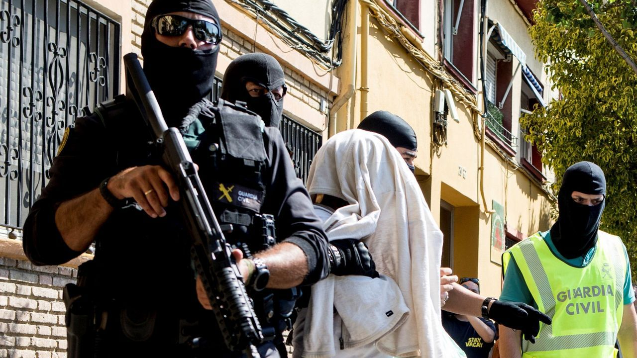 Centro penitenciario de Villabona.Uno de los detenidos en una operación en Mataró contra una célula yihadista que se dedicaba a captar personas en Barcelona y Tarragona es trasladado por unos agentes policiales