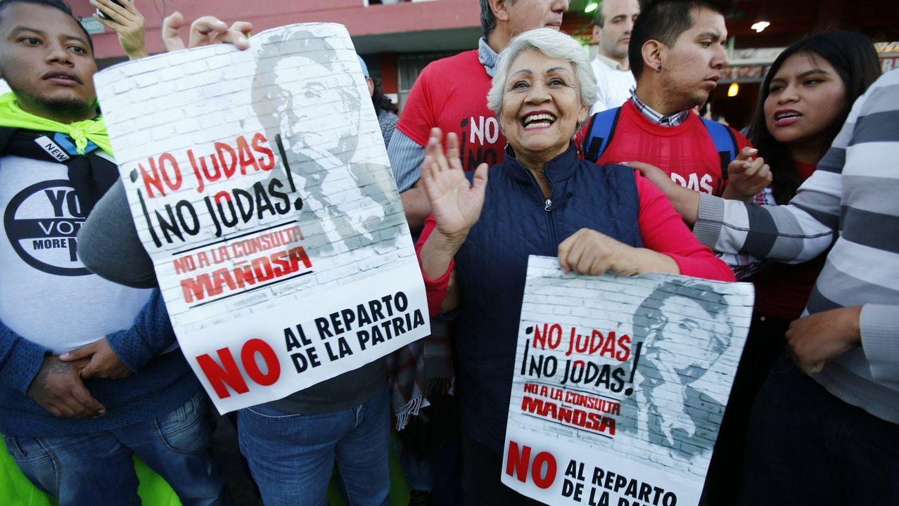 Lenin Moreno, presidente de Ecuador (en el centro), celebra la victoria de sus posturas en un referendo clave para el futuro político del país