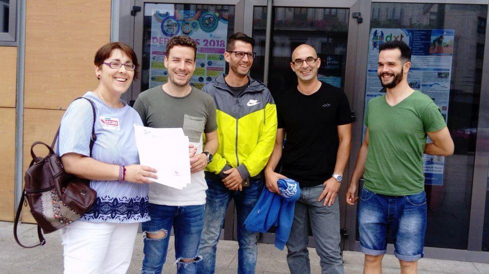 Un brindis de sensaciones en Valdeorras.Varios extrabajadores de la piscina y una representante de CC.OO. entregaron las firmas en el Concello de O Barco