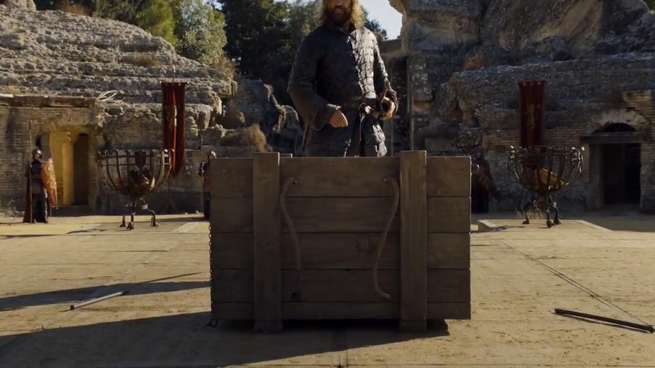 Sandor abre la caja en la que encerraron al espectro capturado