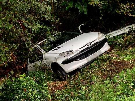El automóvil de Obre se llevó por delante el quitamiedos.