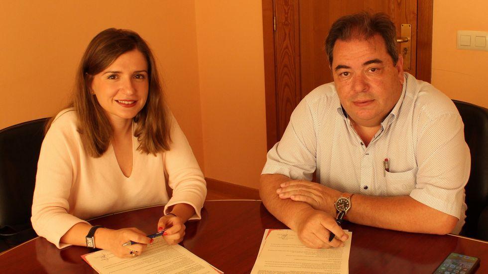 Lara da Silva, presidenta del Consello Reguladora da Denominación de Orixe Monterrei, y Gerardo Seoane, alcalde de Verín, firmaron un convenio de colaboración para organizar la Feira do Viño