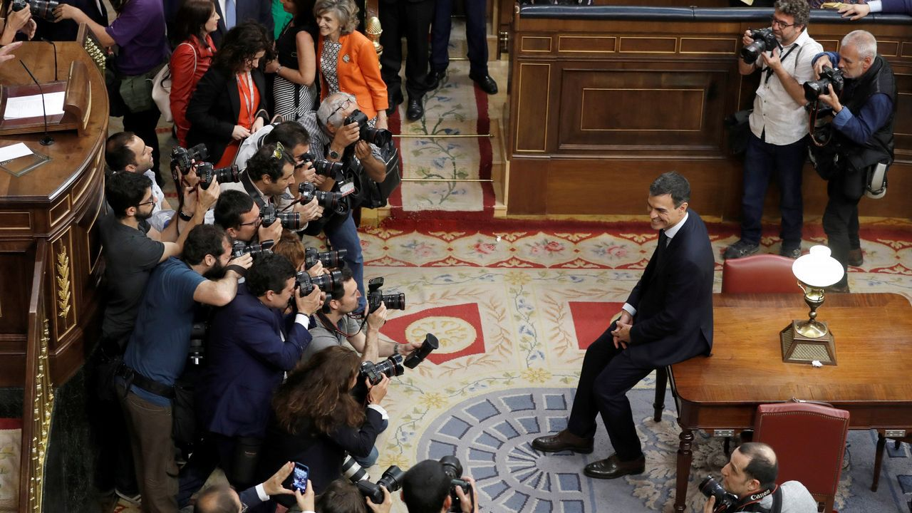 Pedro Sánchez posa ante los medios gráficos tras triunfar su moción de censura contra Mariano Rajoy.