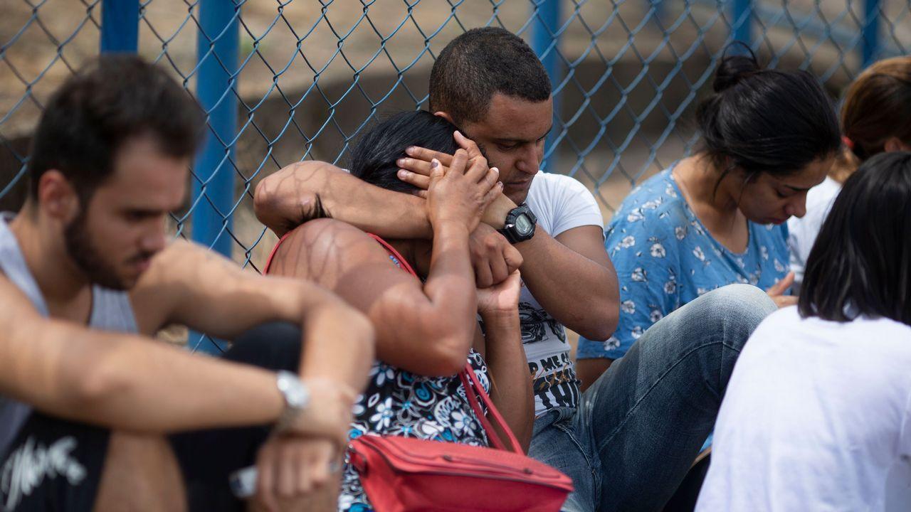 Familiares de desaparecidos esperan información en el centro de coordinación organizado por el gobierno del estado de Minas Gerais
