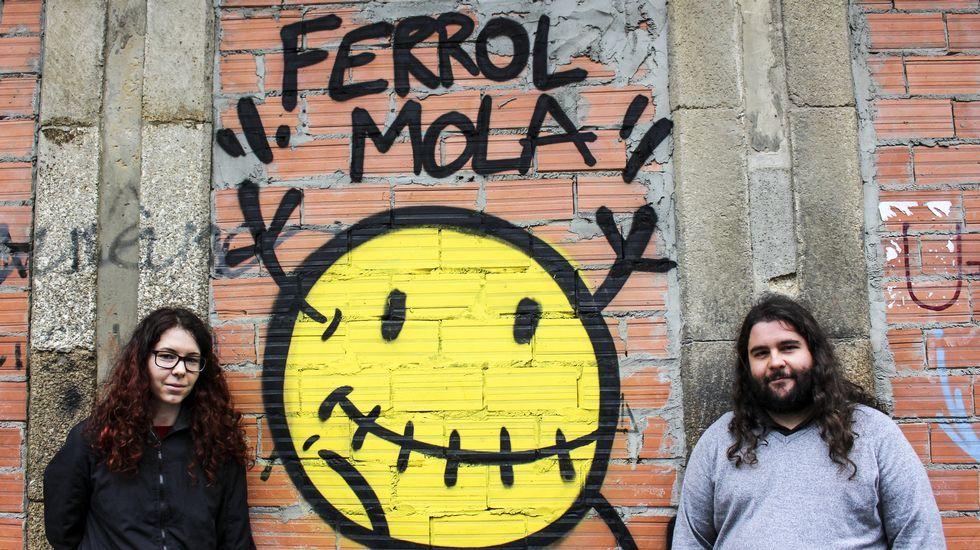 «Ferrol Mola».Los coches históricos estuvieron ayer expuestos por la mañana en la plaza de España.