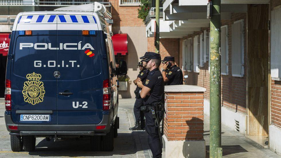 La policía durante las labores de registro del presunto pederasta Angel Ortiz en septiembre del 2014