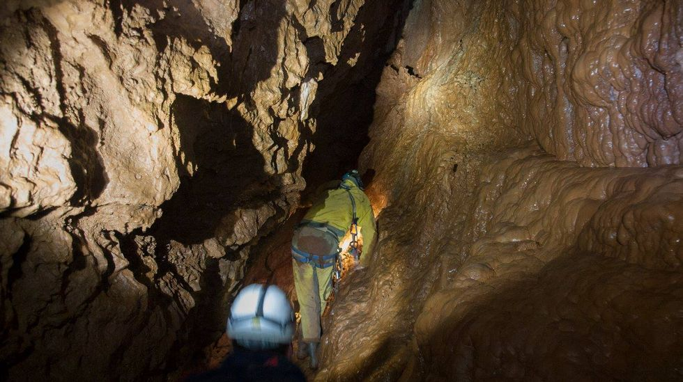 Na galería principal da gruta abundan os pasos estreitos, as subidas e as baixadas
