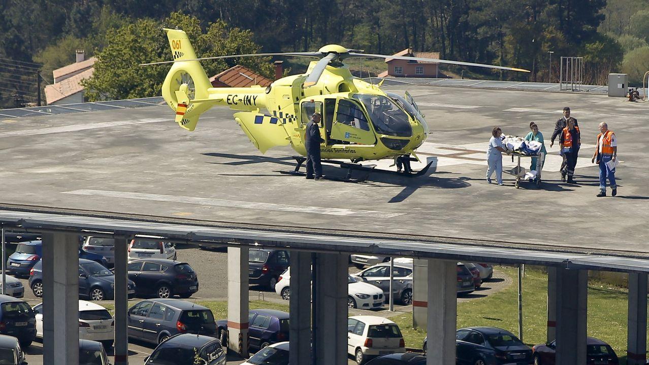 Helicóptero del 061 aterrizando en el Clínico de Santiago