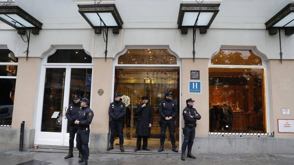 Agentes de la Policía Nacional, a las puertas del hotel de Madrid