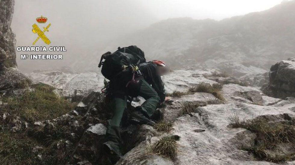 Agentes del Grupo del Rescate de la Guardia Civil tratan de recuperar los cadáveres de los tres montañeros de Zamora.Agentes del Grupo del Rescate de la Guardia Civil tratan de recuperar los cadáveres de los tres montañeros de Zamora