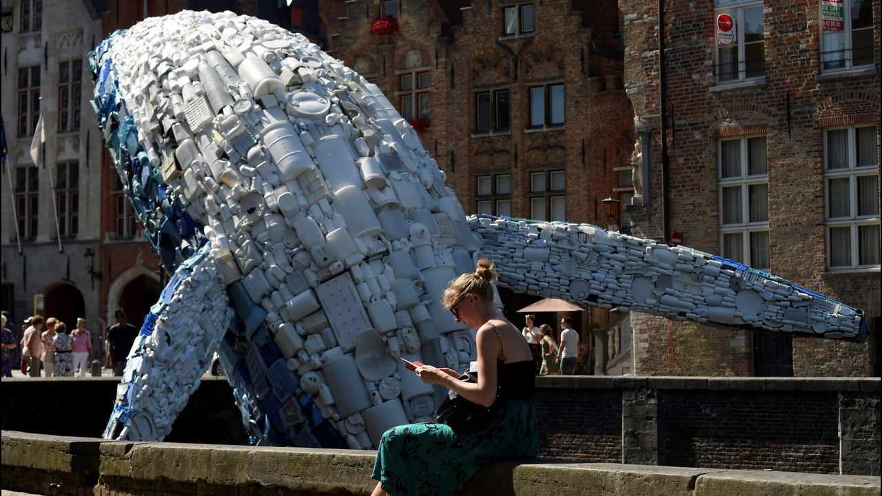 Las trampas caseras contra la velutina.Ballena construida en Brujas a base de plásticos procedentes de los océanos Pacífico y Atlántico