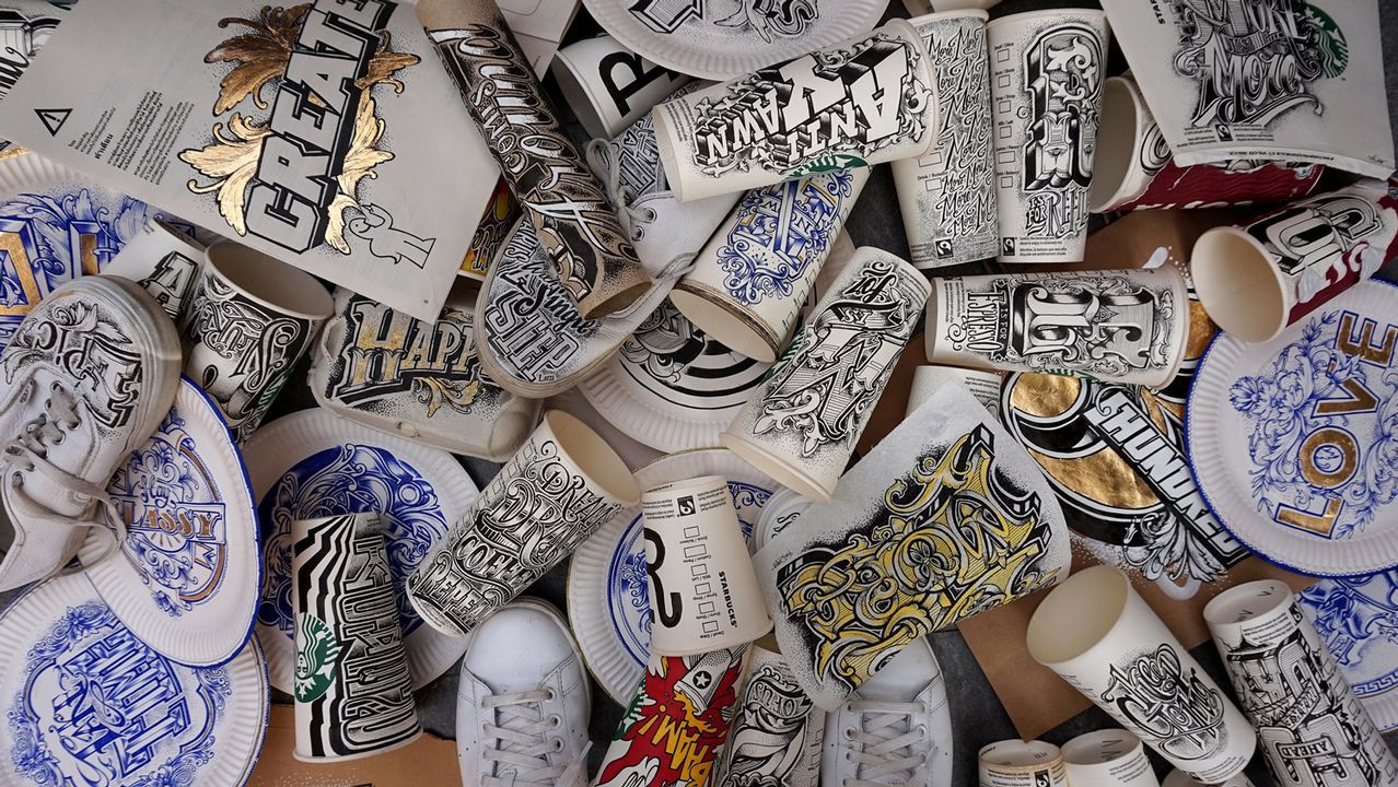 Una selección de objetos cotidianos sobre los que Draper caligrafía