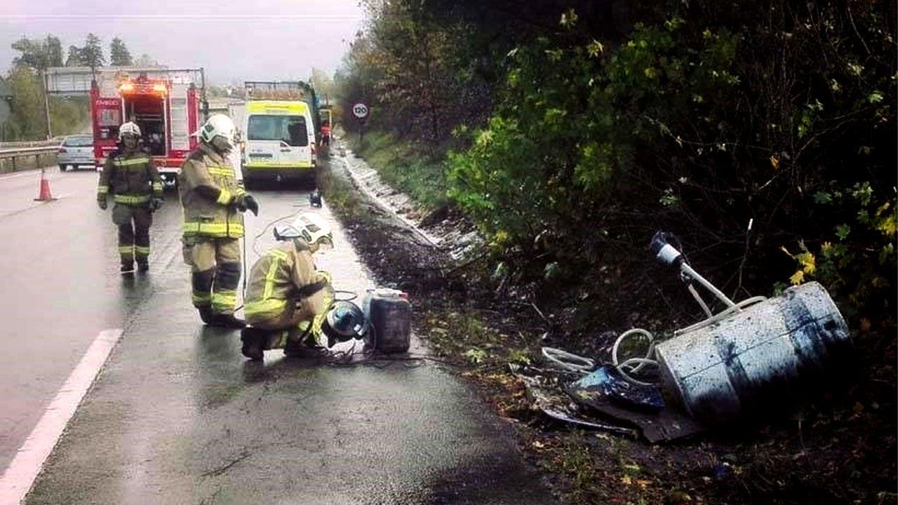 Efectivos trabajan en la zona del accidente para evitar el derramamiento de gasóleo