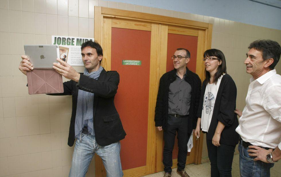 Jorge Mira fíxose un «selfie» diante da placa do laboratorio que leva o seu nome<span lang= es-es >. </span>